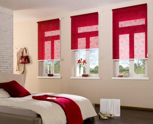 Rote Rollos im Schlafzimmer