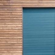 Rollladen - Türkis an Holzfassade